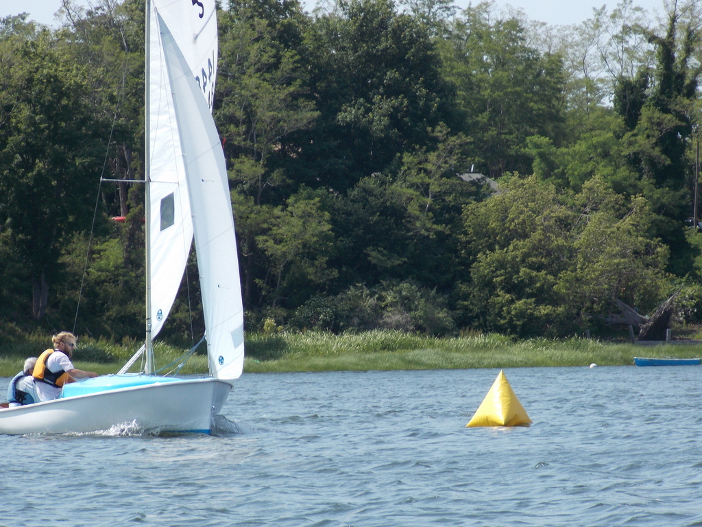 Photo of a daysailer reaching a turning mark.